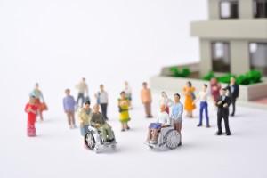 車椅子生活をしている高齢者と住宅街